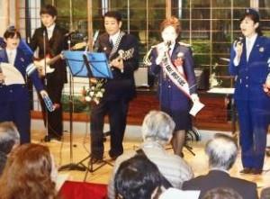 歌手五月みどりさんの左が岡田署長(写真:熱海警察署撮影)